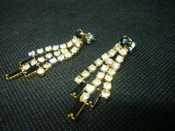Boucles d'oreilles fantaisie en métal doré et cristaux blancs et noirs.