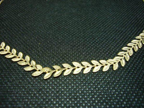 "Collier en plaqué or ""feuilles""."