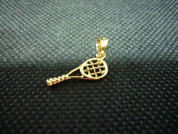 Pendentif raquette de tennis en plaqué or 3 microns.